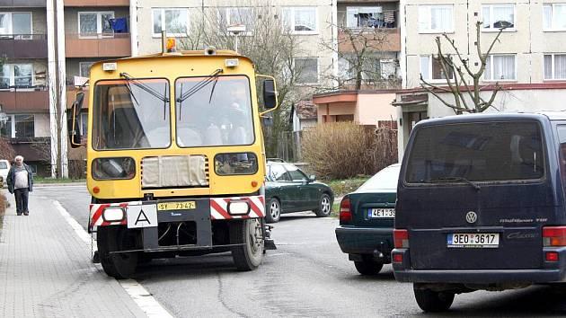 Zaparkovaná auta ztěžují blokové čištění. Tam, kde se pracovníci technických služeb nedostanou se strojem, provádějí úklid ručně.