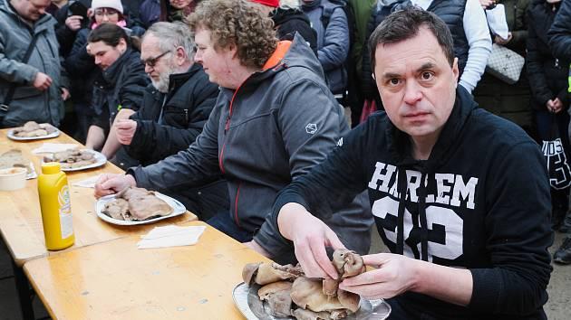 Pět jedlíků se utkalo v pojídání na čas. Byl mezi nimi i maxijedlík Jaroslav Němec z Bystrého.