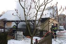 V neděli odpoledne hořel v obci automobil i přístřešek u domu.