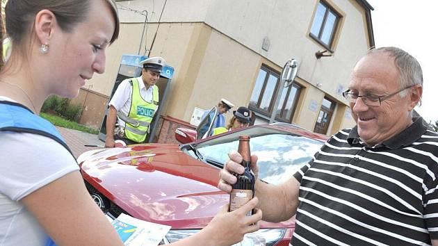 Řidiči v Hradci nad Svitavou byli v pátek večer příjemně překvapeni. Dostali nealkoholické pivo od policie.