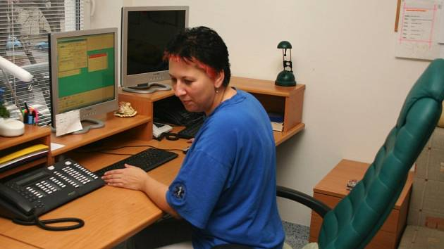 Andrea Rybníkářová je operátorkou svitavské záchranné služby. Do krajského střediska bude dojíždět.
