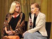 DVĚ DÁMY české kultury se sešly na pódiu v litomyšlské jízdárně. Režisérka Olga Sommerová představila film Červená, který mapuje život operní pěvkyně Soni Červené.