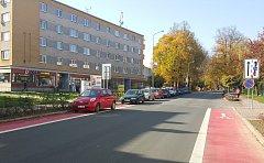 Někteří řidiči si s tím, že se na cyklopruzích ve Svitavské ulici nemůže zastavit ani parkovat, hlavu nedělají.