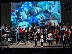 Jevíčské kino plné diváků si užilo koncert, jehož výtěžek byl určen třem klukům