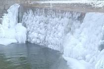 Jak zima čarovala v Dolním Újezdu na splavu