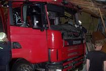 Mladý řidič nákladního auta nezvládl v červnu v Březové řízení a zničil garáž s oktávkou. Ilustrační foto.