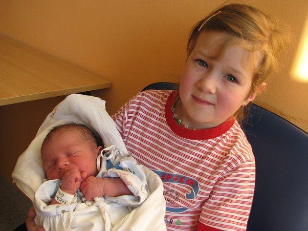 ONDŘEJ BARTOŇ. Na malého Ondráška se těšili nejen rodiče Lenka a Jiří, ale také jejich  pětiletá dcerka  Adélka.  Její bráška se narodil v úterý 2. prosince ve 14.15 hodin. Vážil 3,8 kg a měřil 53 cm. Klučinu si rodina  odvezla do Poličky.