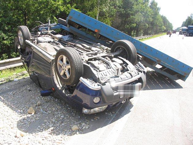 Nehoda na silnici I/35 u obce Gruna na Svitavsku. 45letá řidička z Prahy jela příliš rychle. Její vozidlo Nissan X–Trail s vozíkem naloženým kamením dostalo smyk a převrátilo se na střechu. Ke zranění osob nedošlo, škoda je 400 tisíc Kč.