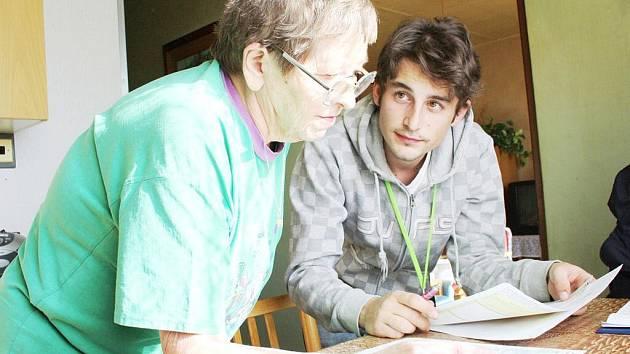 Sčítací komisaři mají za sebou téměř tři týdny nepřetržité práce. V přiděleném okrsku nevynechají žádnou domácnost. Všem obyvatelům předají sčítací listy.  Také vysvětlují, jaké mají možnosti  při jejich odevzdávání.