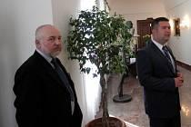 Miroslav Myška (vlevo) měl možnost nahlédnout do kanceláře předsedy poslanecké sněmovny Jana Hamáčka.