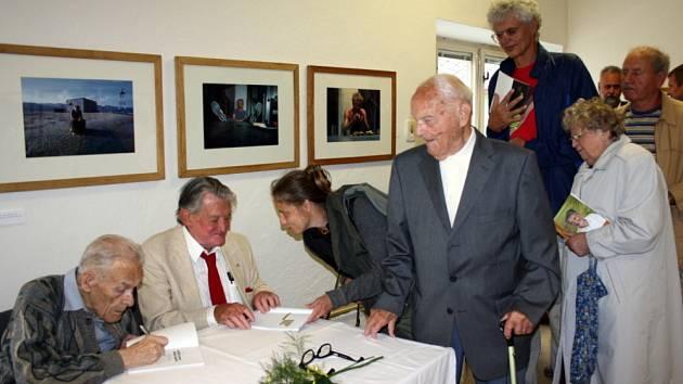 VÝSTAVA FOTOGRAFIÍ režiséra Vojtěcha Jasného je k vidění v bývalé knihovně v Bystrém. Jaroslav Petr (vlevo) napsal o městě a režisérovi knihu. Oba ji návštěvníků podepsali.