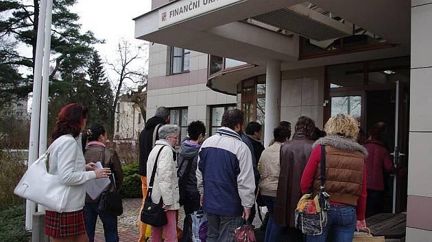 Nápor poplatníků, kteří dorazili s daňovými přiznáními na svitavský finanční úřad.