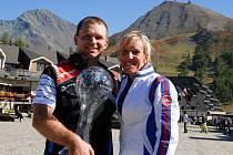 Křišťálové globy v Sestriere předávala i senzační vítězka olympijského superG v Salt Lake City 2002, Italka Daniela Ceccarelliová. Lukáš Kolouch (vlevo) a Daniel Mačát s křišťálovým globem pro celkové vítěze světového poháru FIS.