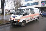 Před nemocnicí ve Svitavách se  srazil osobák se sanitou.