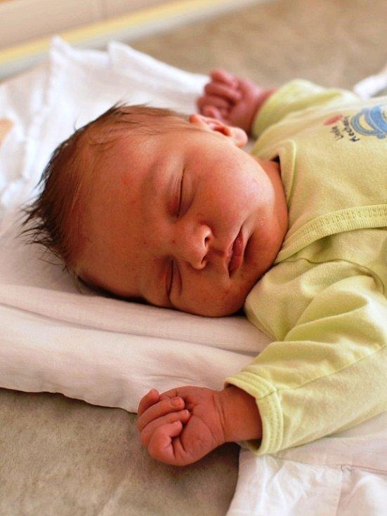 JAKUB PETERKA.  Narodil se 7. dubna Zuzaně Báčové a Miroslavu Peterkovi z Hradce nad Svitavou. Měřil 52 centimetrů a vážil 4,24 kilogramu. Má brášku Miroslava.