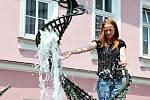 VEDRO na padnutí. Tak bylo na náměstí včera, když se tam začalo opírat slunce. Na osvěžení se kromě fontány hodila také zmrzlina. Někteří lidé si však v paprscích četli nerušeně noviny.