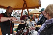 Ve Svitavách na náměstí teklo v sobotu víno proudem a hrála cimbálová muzika.