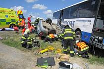 SMRT POD KOLY AUTOBUSU. Hasiči tehdy vyprostili z vozu i malé dítě. Dvaadvacetiletá žena však zraněním podlehla.