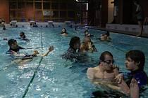 Dobrovolníci doprovázejí  postižené plavce na týdenní soustředění. Čeká je intenzivní výcvik i tenis a basketbal.