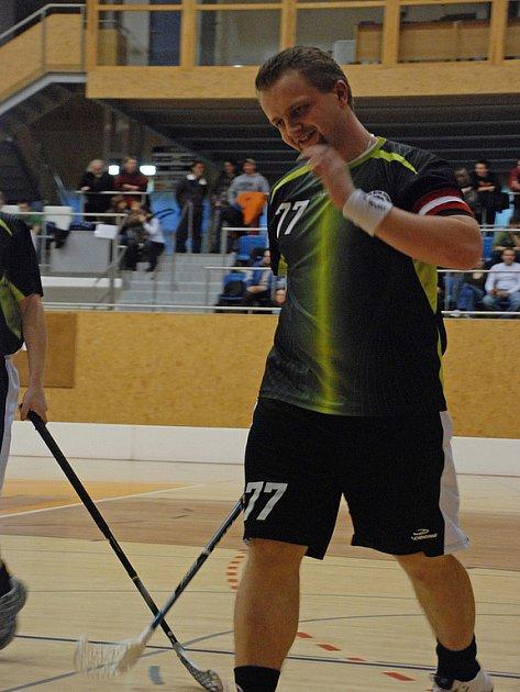 Číslo 77 nosí na svém dresu David Komůrka, kapitán FBK Svitavy, nováčka ligy.