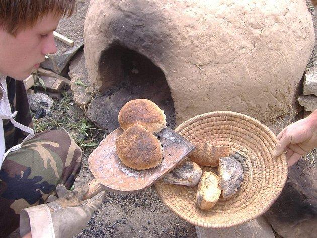 Děti vyráběly mouku, ze které potom upekly chleba v unikátní hliněné peci.