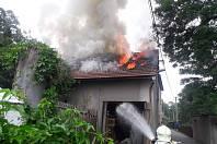 Střecha domu začala hořet asi od letošního sena.