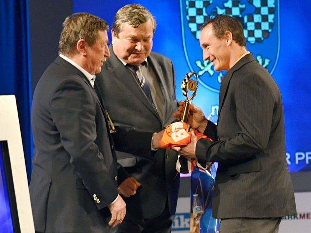 Ocenění Petru Bartošovi předávali host galavečera, jeden z nejslavnějších hokejistů naší historie Vladimír Martinec, a spolu s ním předseda Regionálního sdružení sportů Antonín Kadlec.