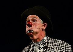 KOLIK MÍČKŮ UMÍM SPOLKNOUT? Michael Trautman při své efektní show dělá s míčky různé kejkle. Od pokusu nasoukat jich spousty do úst, po hříčky s pálkami, strefováním plechovek. Nakonec jich až deset vystřelí dělem sám na sebe.