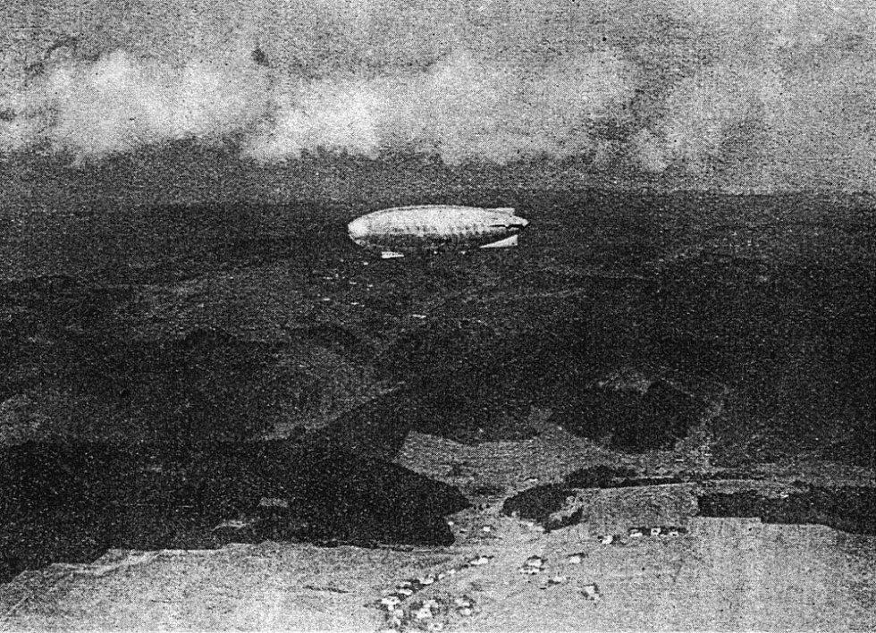 ITALIA při přeletu nad Třebařovem. Na snímku vpravo dole je vzducholoď nad  Albrechticemi. 1446469729a