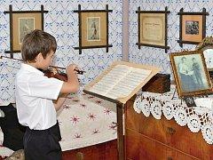 Bohuslav Martinů si v Poličce připomínají při mnoha příležitost. Jednou z nich jsou i živé prohlídky na věži kostela svatého Jakuba, kde se skladatel narodil. Malého Bohouška mohou návštěvníci spatřit v v letošním roce v  letních měsících.