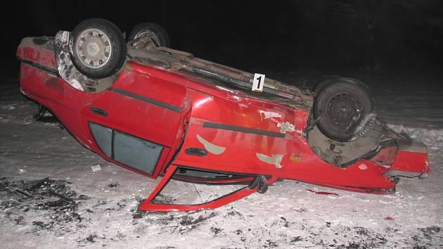 Na zledovatělé silnici třetí třídy u Moravské Třebové (Svitavsko) havaroval v pátek po desáté hodině večer osobní automobil.