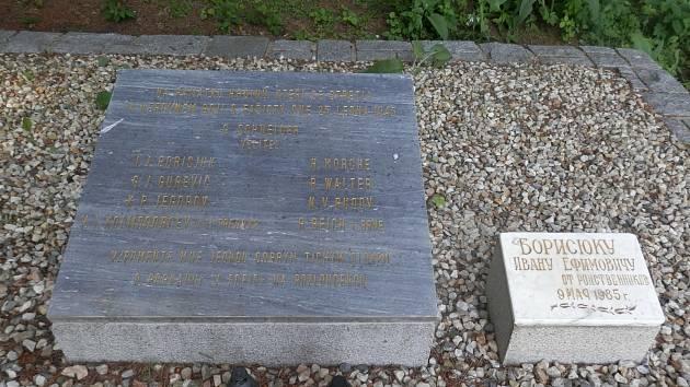 Současná podoba hrobu sedmi parašutistů za pomníkem u Předního Arnoštova.
