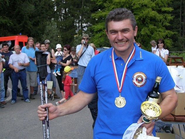 Jeden z nejsilnějších hasičů je Jaroslav Čermák ze Svitav. Ten zvítězil v Ústí nad Orlicí v kategorii profesionálů nad čtyřicet let.