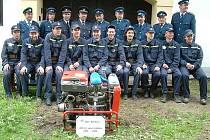 Společná fotografie členů SDH Bohdalov před hasičskou zbrojnicí v červnu 2006.