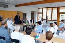 DELEGACE. Šéfové Nemocnice Pardubického kraje obhlédli, jakým způsobem funguje  špitál v Litomyšli.