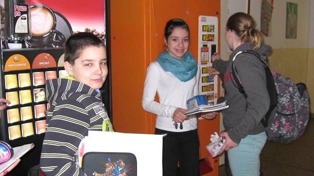 MÍSTO ZDRAVÉ SVAČINY si některé děti raději dají čokoládu, sušenky nebo sladký nápoj z automatu.