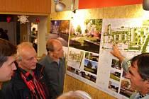 DISKUZE. Obyvatelé svitavského sídliště u vlakového nádraží měli příležitost debatovat o tom, co na svém sídliště chtějí nebo nechtějí. Radní připravují jeho revitalizaci.