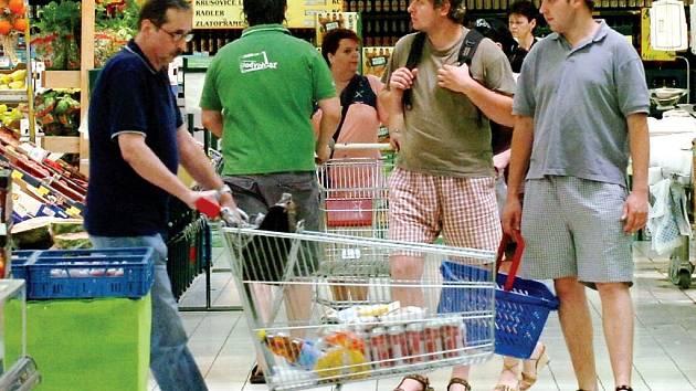 Ilustrační foto: Pokud je v prodejně určené místo k odkládání tašek, jste povinni je využít. V tomto případě přebírá prodejna odpovědnost za jejich obsah.