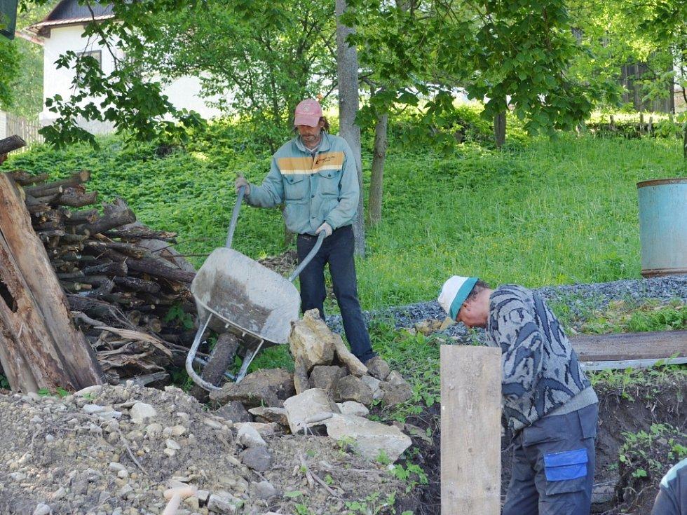 Základy pod obnovenou zvonici v Horákově Lhotě jsou téměř hotové. Parta nadšenců si přeje, aby byla na svém místě pod lípou ještě v letošním roce.