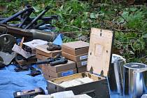 Zbraně a další nebezpečný materiál nalezený v domě v Bělé nad Svitavou.