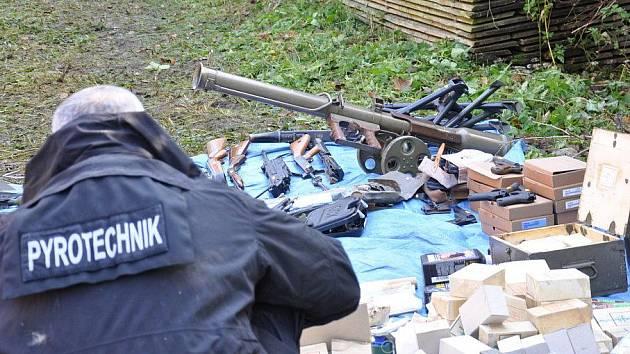Zbraně a další nebezpečný materiál pyrotechnici a policie prohlíželi a dokumentovali.