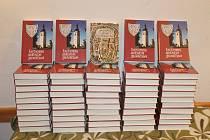 Vyhozené knihy bez zjevného poškození putovaly  do sběrného dvora, kde je objevil bývalý starosta