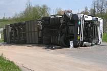 Kamion, který se u obchodu Jednota v Opatově převrátil na bok.