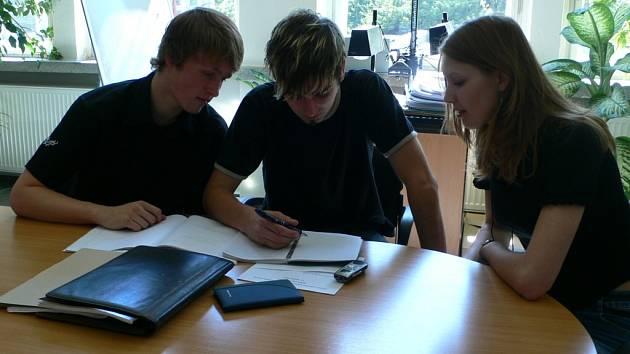 Studenti ze pilně připravují na maturitní zkoušky.