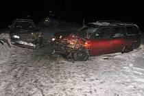 Kolize Opelu Astra a Fordu Mondeo se naštěstí obešla bez zranění.