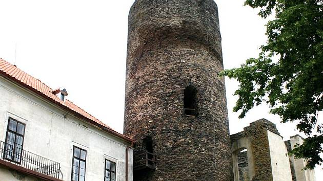 Obhospodařovat středověký hrad není lehká práce. Každou chvíli je potřeba někde něco opravit.