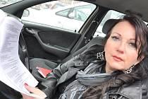 NA PÉČI V DOMOVĚ SENIORŮ Pohodlí si stěžuje Jana Pletněvová, která měla v zařízení svého nemocného otce. Problémy s domovem již řeší právní cestou.