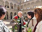 Akademický sochař Olbram Zoubek oslavil v sobotu na zámku v Litomyšli své 85. narozeniny.  Popřály  mu desítky Litomyšlanů, přátel a s gratulací  přišli také politici, mimo jiné ministr kultury Jiří Besser.