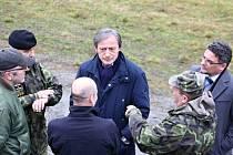 """Šéf národní obrany se v Květné podíval na zabezpečení areálu i vybavenost skladů. Podle něj je tamní """"muničák"""" připravený na převoz materiálu."""