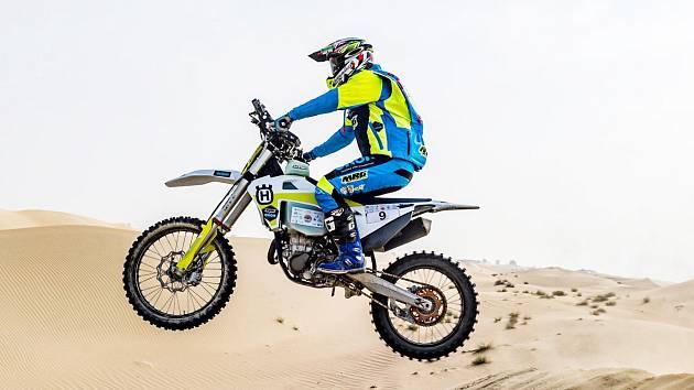 Přes veškeré komplikace Martin Michek ukázal, že mu závodění v poušti svědčí. V barvách stáje Orion Moto Racing Team si v náročné soutěži na dohled od metropole Dubaje dojel pro druhé místo.